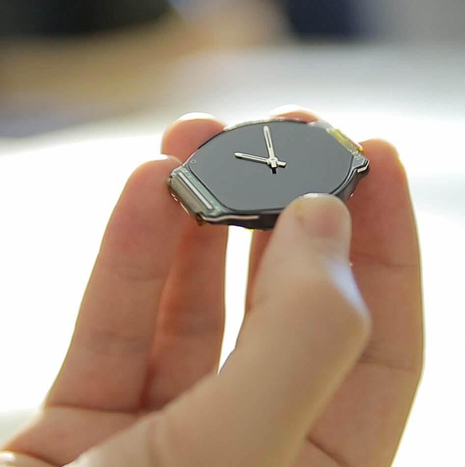 Mechanische Hände über Farb-Touchscreen